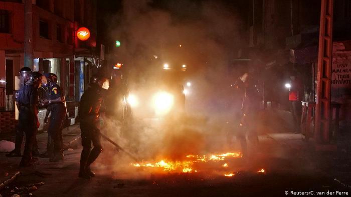 Couvre-feu : quand un chauffeur de la police tente de percuter des émeutiers (vidéo)