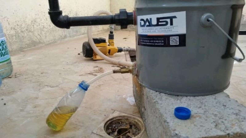 Éducation : Des étudiants de DAUST produisent leurs premières gouttes de carburant à partir de déchets plastiques